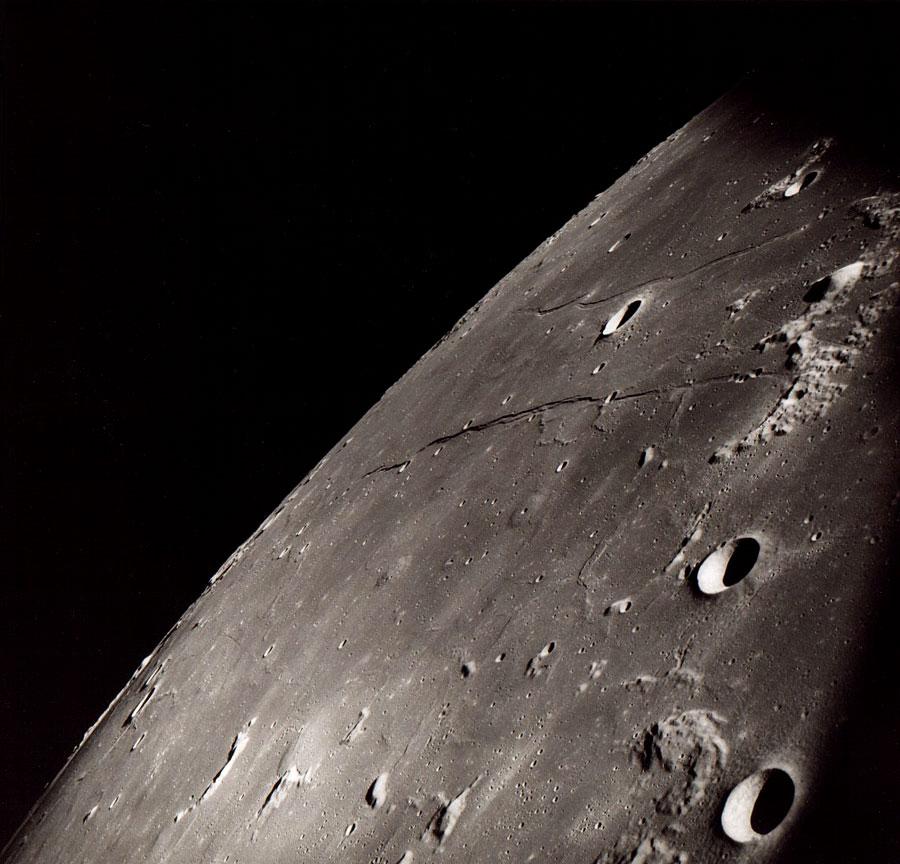 Вид сбоку на глобус Луны